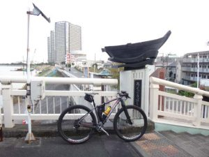 六郷橋で多摩川を渡り、東京都側へ