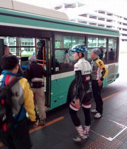 無料のシャトルバスでターミナル間を移動します