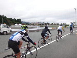 小山町の富士スピードウェイ前を通過。 そしてゲートの向こうに見えている山が本日の大ボス。