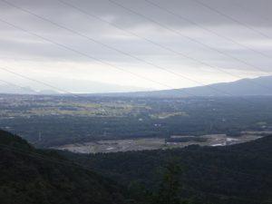 手前はさっきの富士スピードウェイと、その奥には御殿場市や駿河湾方面の沼津や伊豆半島も。