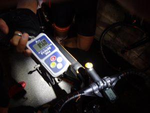 ポータブルのデジタル手秤で200km仕様のバイクたちを体重測定