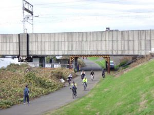 東海道新幹線の下を行く